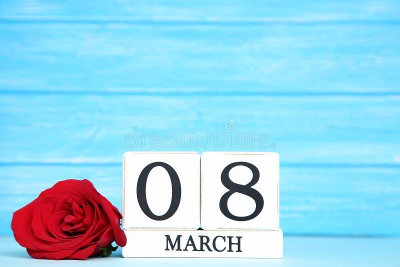 Le jour des femmes sur le calendrier avec la rose image libre de droits