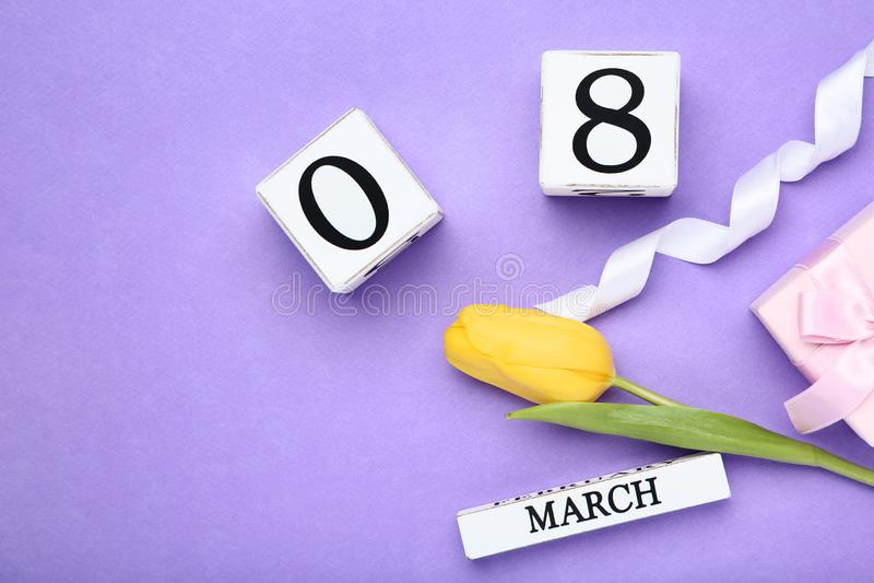 Le jour des femmes sur le calendrier avec la tulipe photographie stock libre de droits