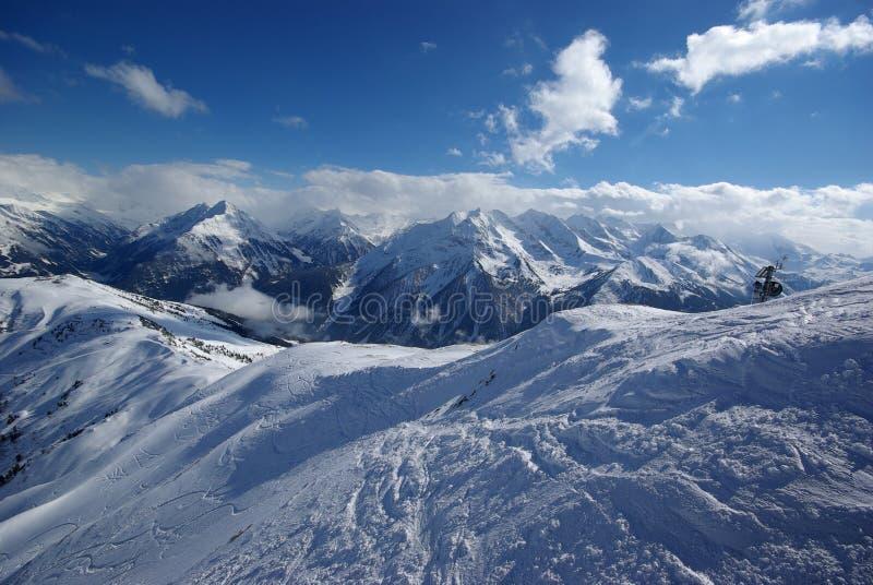 le jour a effectué la poudre de panorama de montagne photos stock