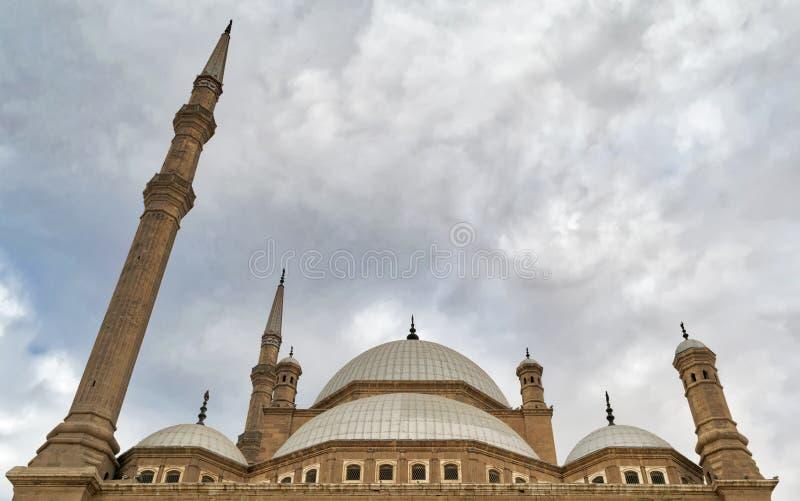 Le jour extérieur d'angle faible a tiré des dômes de la mosquée d'albâtre de mosquée de Mohamed Ali, citadelle du Caire, Egypte images stock