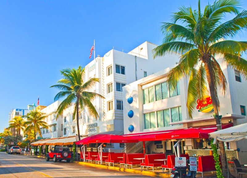 Le jour, les hôtels et les restaurants d'été de Miami Beach sur l'océan conduisent images stock