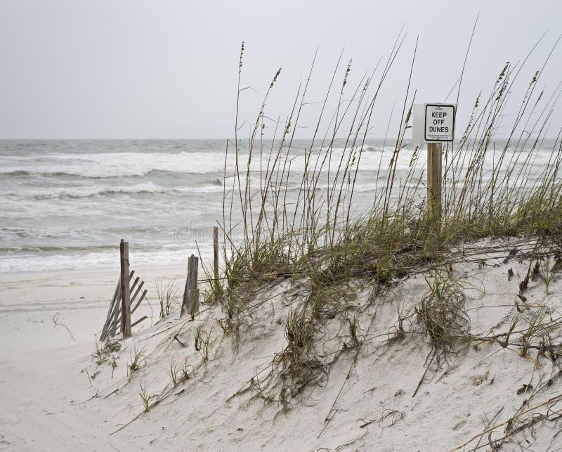 Le jour orageux retiennent des dunes photographie stock libre de droits