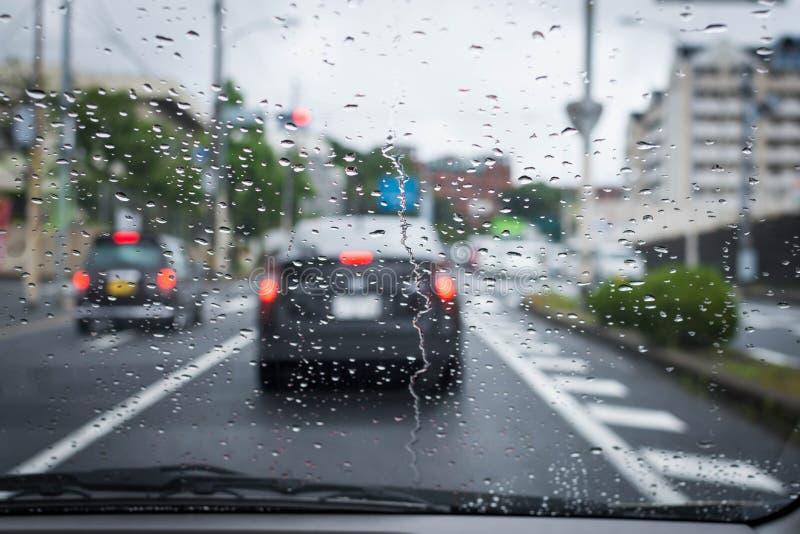 Le jour pluvieux et sombre sur la route avec des voitures et le trafic et pluie est concentré sur le pare-brise de la voiture photo stock