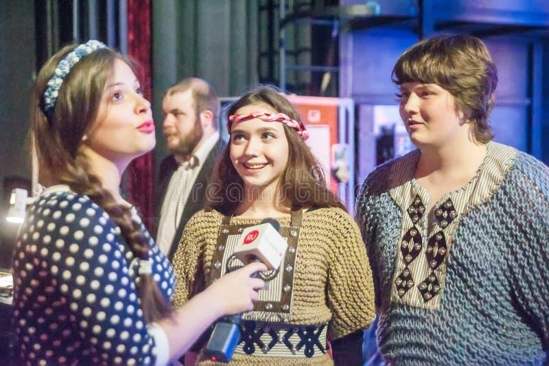 Le journaliste interviewe des participants de concert Tyumen image libre de droits