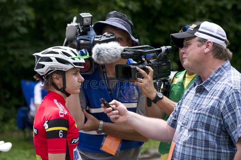 Le journaliste interviewe Guarnier photos stock