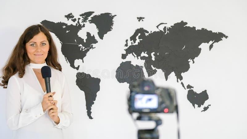 Le journaliste rend compte du fond d'une grande carte de images libres de droits