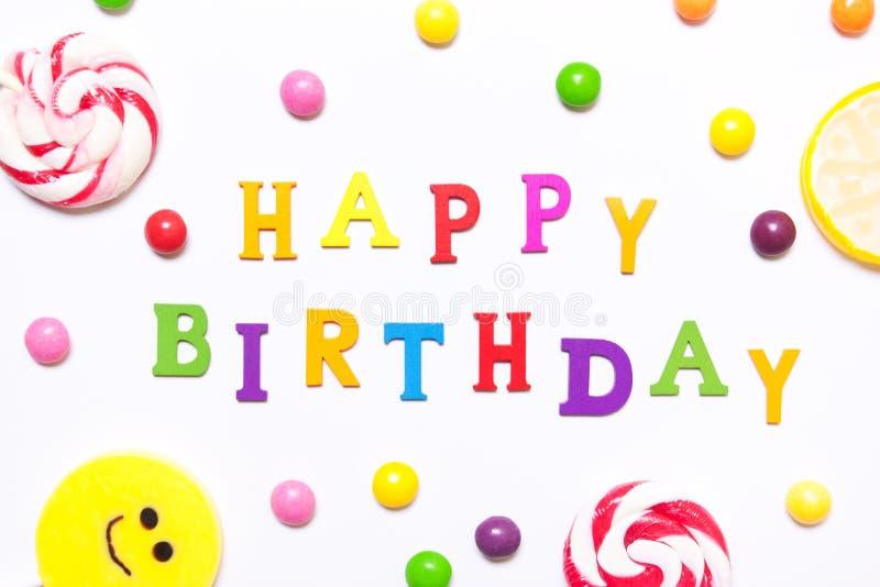 Le joyeux anniversaire d'expression, lucettes, sourire de sucrerie dessus, sont scatte photos stock