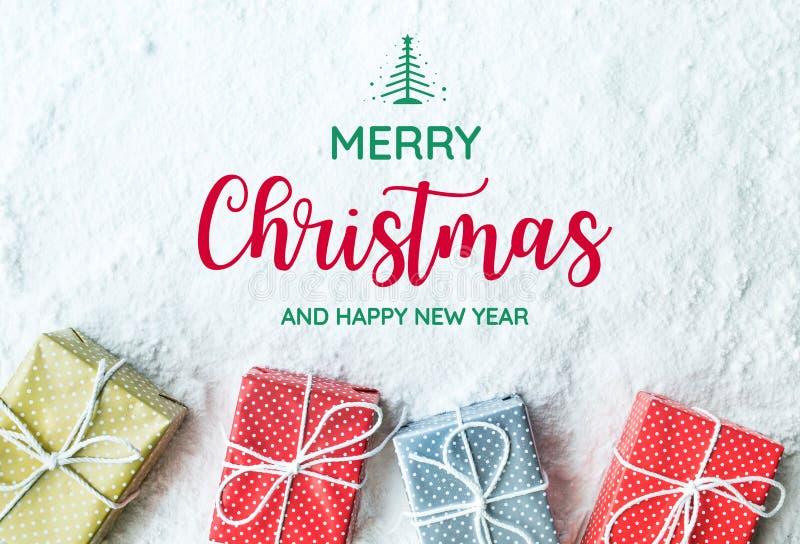 Le Joyeux Noël et la bonne année textotent en présence du boîte-cadeau, photos stock