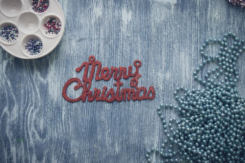 Le Joyeux Noël se connectent le fond bleu en bois photos stock