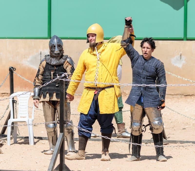 Le juge dans l'anneau annonce le gagnant dans le combat au festival de chevalier en parc de Goren en Israël images libres de droits