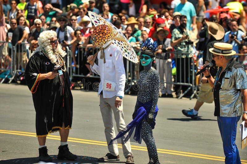 Le juge en chef du défilé et des participants de sirène au trente-sixième défilé annuel de sirène dans Coney Island images libres de droits
