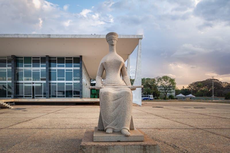 Le juge Sculpture devant la court suprême du Brésil - tribunal de chef fédéral - STF - Brasilia, Distrito fédéral, Brésil images stock
