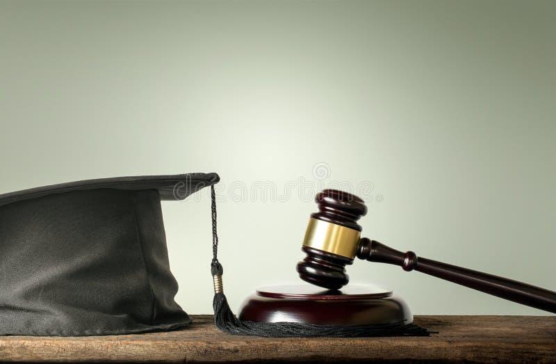 Le juge Wood Hammer avec des félicitations reçoit un diplôme les sujets Co de loi images stock