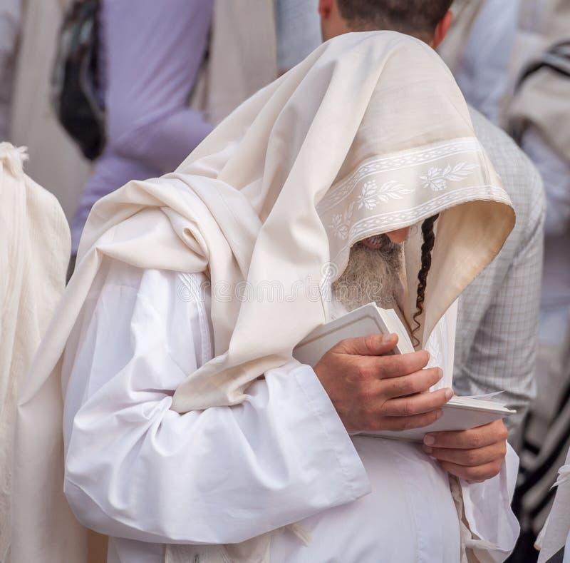 Le juif hassidic orthodoxe prient dans une robe longue et un tallith de vacances image libre de droits