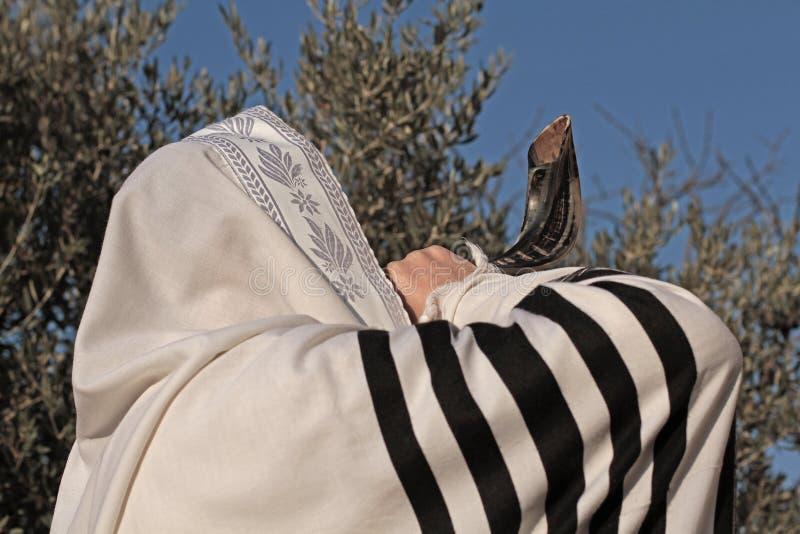 Le juif prient le prayerbook et souffler le shofar de Rosh Hashanah image libre de droits
