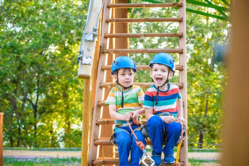 Le jumeau prend la peine de s'élever en parc d'aventure est un endroit qui peut contenir une grande variété d'éléments, tels que  images stock