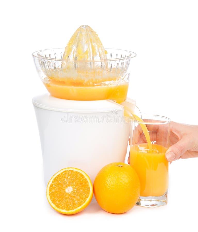 Le jus d'orange a serré avec le juicer dans la glace image stock