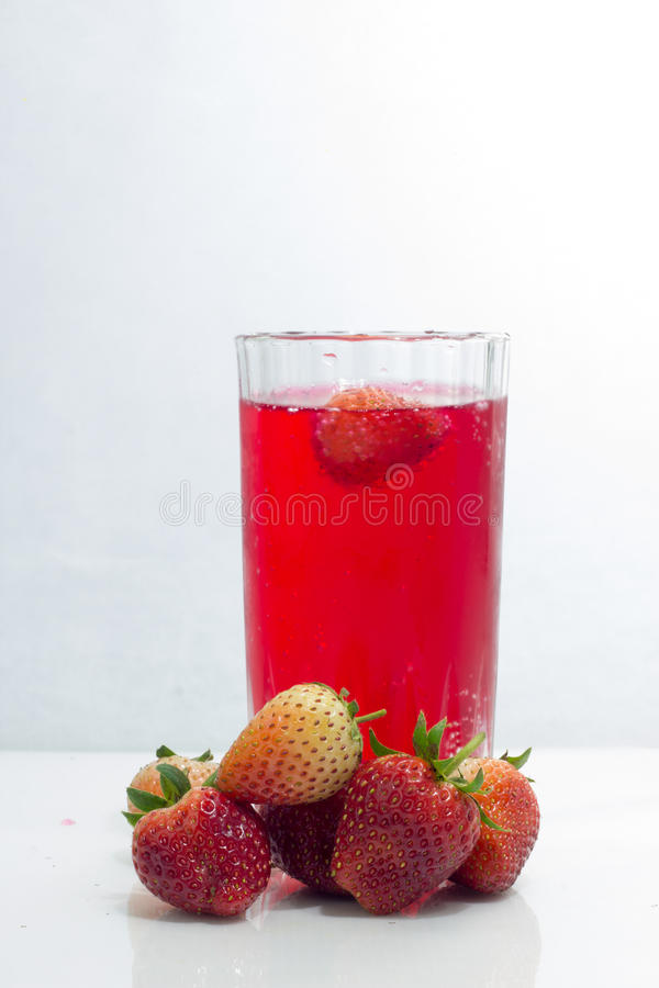 Le jus de fraise boit en verre d'isolement sur le fond blanc photos stock