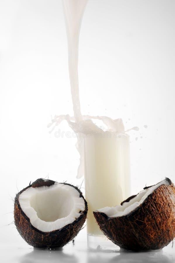 Le jus de noix de coco pleuvoir à torrents dedans la glace photographie stock libre de droits