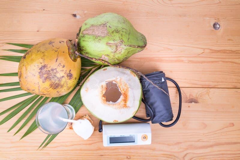 Le jus frais de noix de coco aide à l'hypotension et au hypertensi images libres de droits