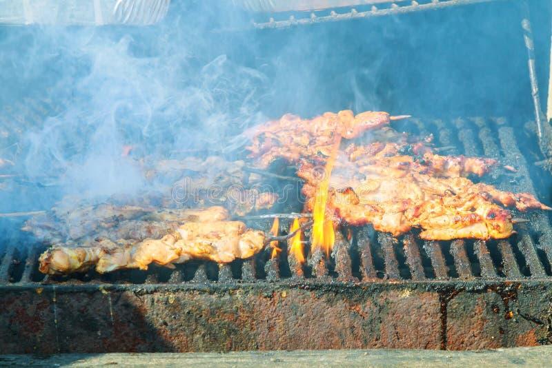 Le kebab frais prépare sur l'incendie à l'extérieur photo libre de droits
