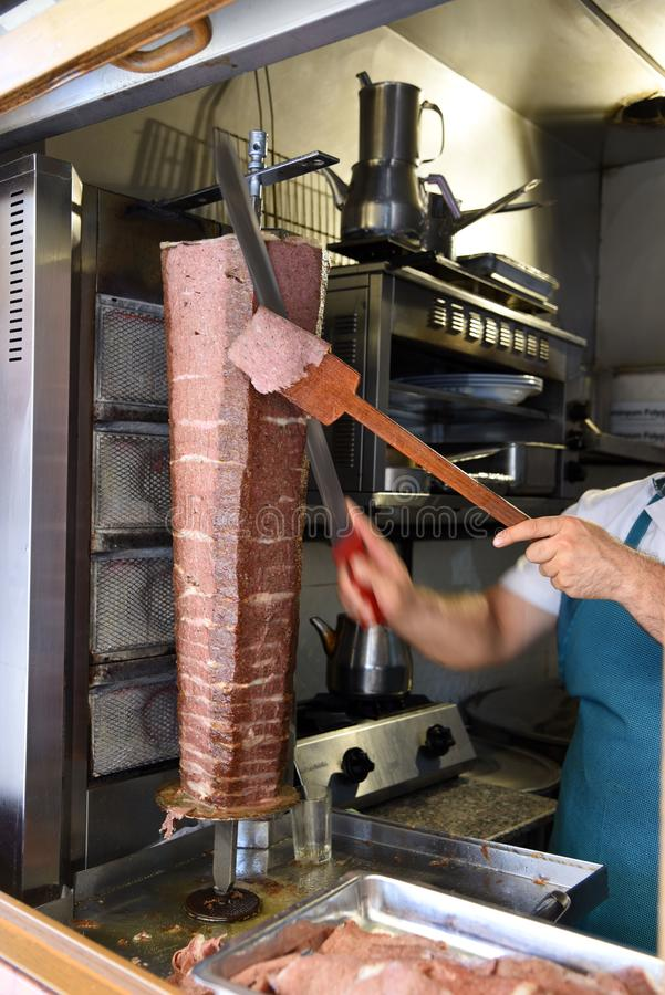 Le kebap de Donner, cuiseur remet le donner de coupe photographie stock libre de droits