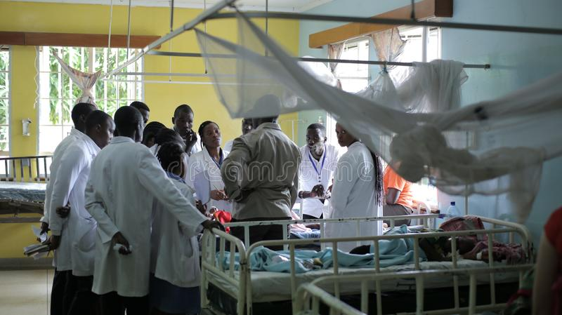 LE KENYA, KISUMU - 23 MAI 2017 : Personnes africaines travaillant dans le département d'admission dans l'hôpital Département de s image stock