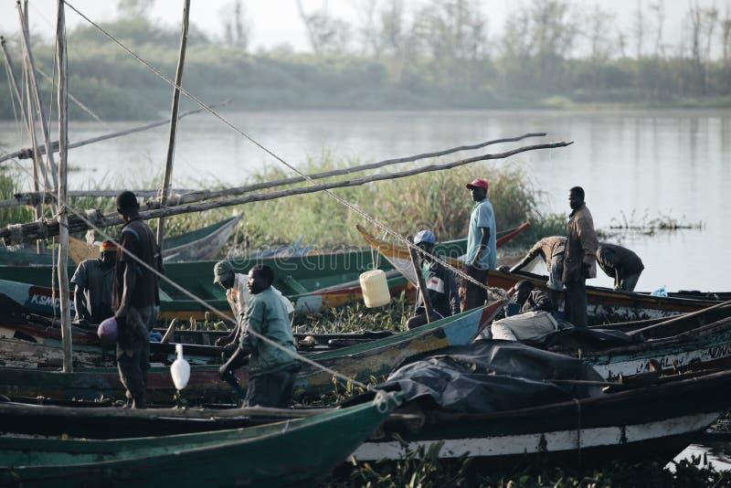 LE KENYA, KISUMU - 20 MAI 2017 : Vue du port par la rivière Pêcheurs africains allant travailler dans le matin, préparant le bate images libres de droits
