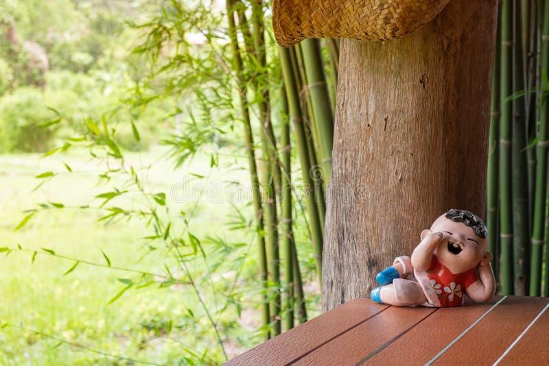 Le keramisk docka för pojke, i att vila ställing arkivfoto