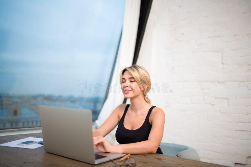 Le keyboarding för kvinnlig student på den bärbara netto-boken, lära som är on-line royaltyfri bild