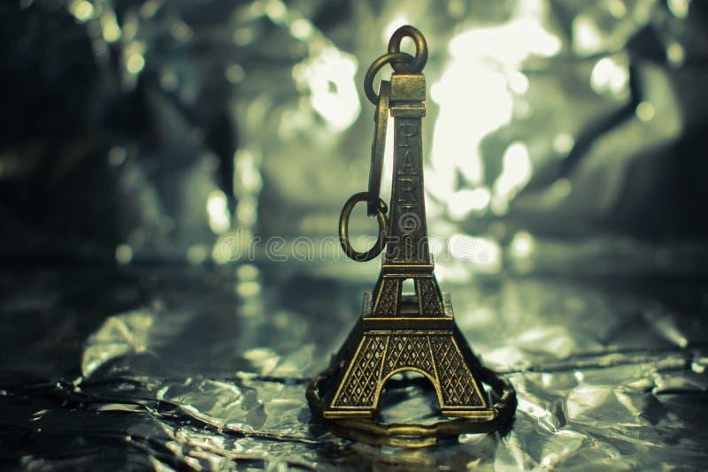 Le keychain de Tour Eiffel a isolé sur un fond argenté images libres de droits