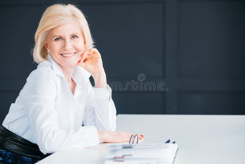 Le kinden för hand för tid för avbrott för affärskvinna royaltyfri bild