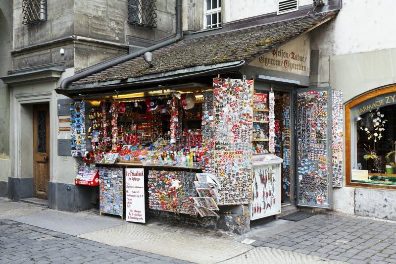 Le kiosque avec beaucoup de petits souvenirs à Berne images libres de droits
