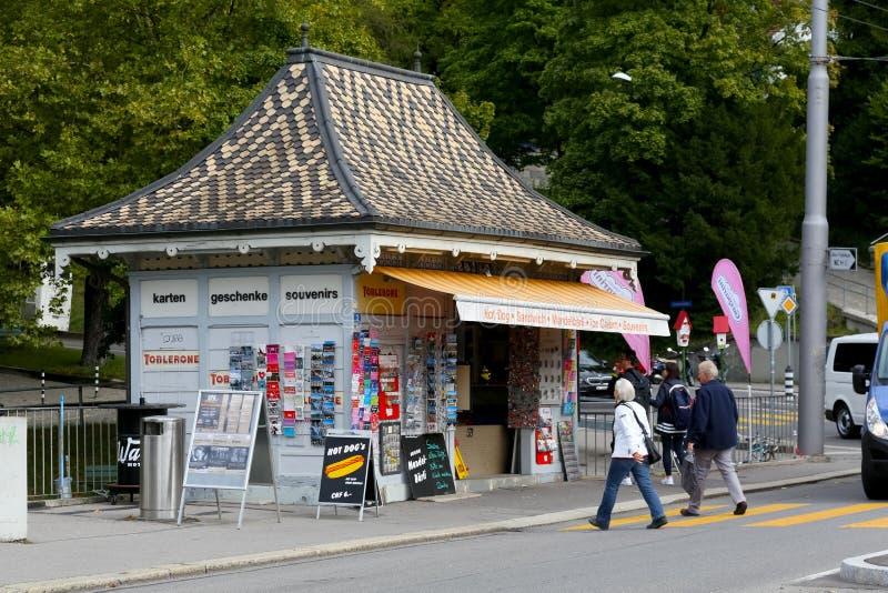 Le kiosque avec beaucoup de petits souvenirs photo libre de droits