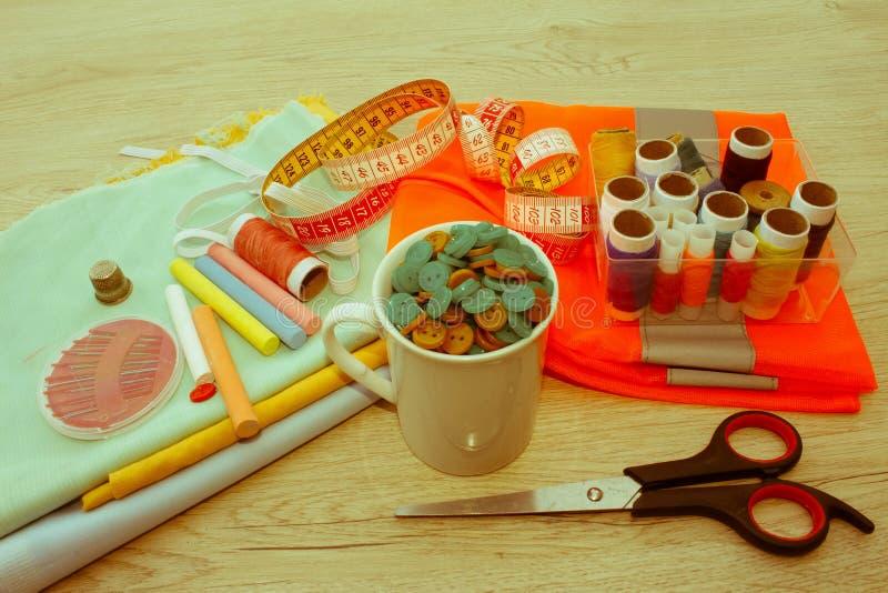 Le kit de couture inclut des fils de différentes couleurs, de dé et de transhorizon photo stock