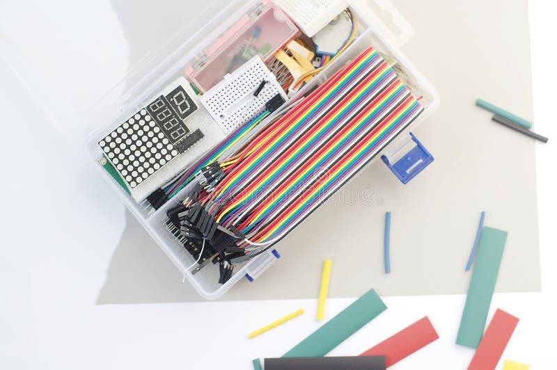 Le kit de passe-temps de l'électronique de DIY a ouvert le heatshrink s'étendant autour sur le fond gris Ensemble électronique de photos stock