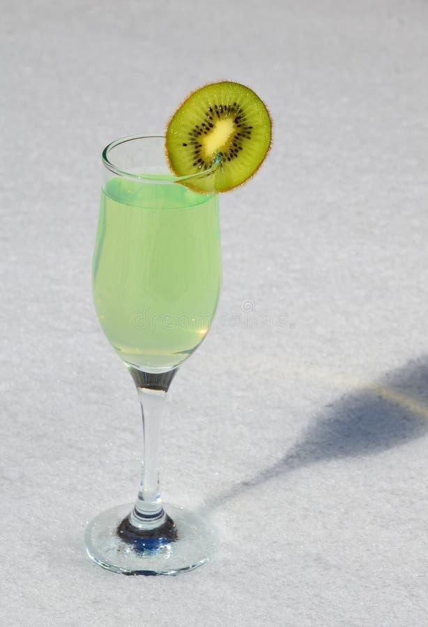 Le kiwi juteux de Skibka est ficelé sur un verre de vin avec du jus photos stock