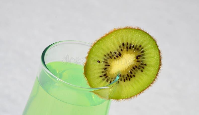 Le kiwi juteux de Skibka est ficelé sur un verre de vin avec du jus images libres de droits