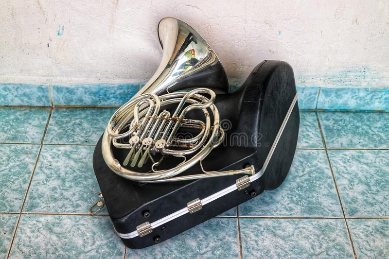 Le klaxon est un type d'instrument dans le type de ventilateur en laiton photo libre de droits