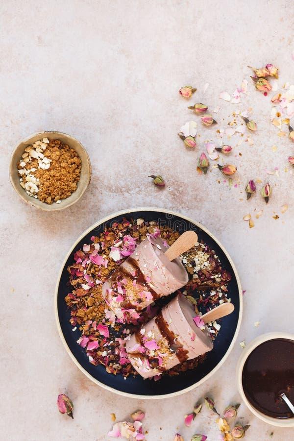Le kulfi délicieux de Masala Chai a servi avec les croustillants de biscuit, le sirop de chocolat et quelques pétales de rose sec photos stock