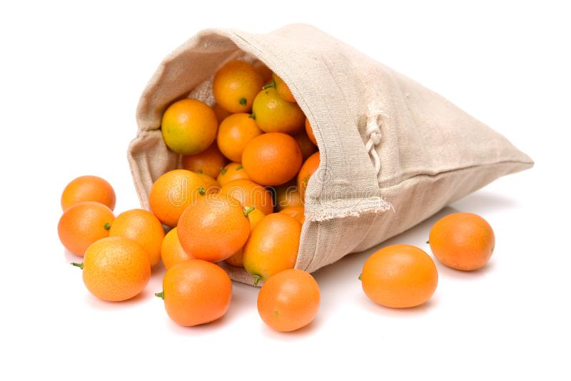 Le kumquat, le fruit a une peau externe douce et une chair intérieure au goût âpre photo libre de droits