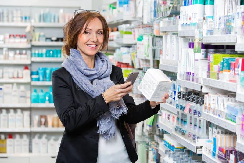 Le kundscanningprodukten till och med den smarta telefonen i Pharmac royaltyfria foton