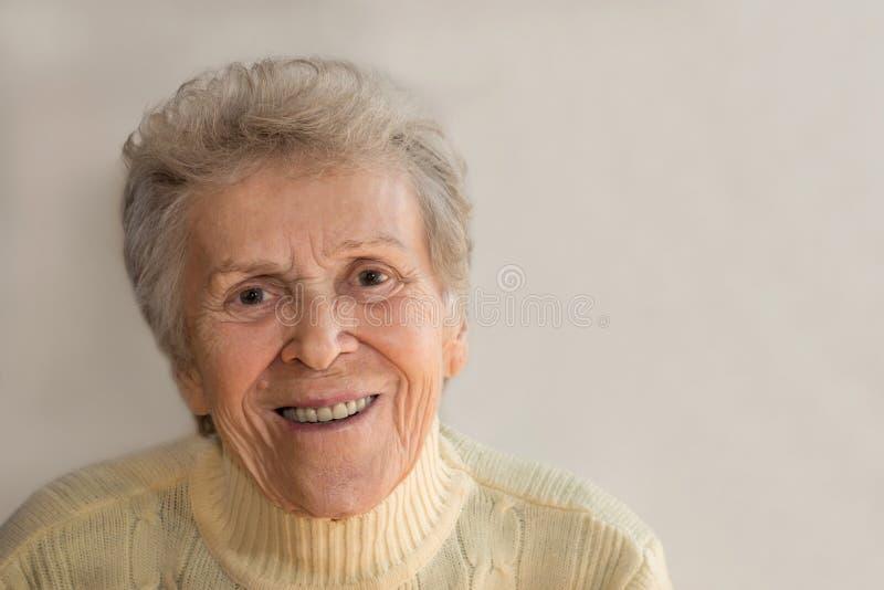 le kvinna för gammalare stående fotografering för bildbyråer