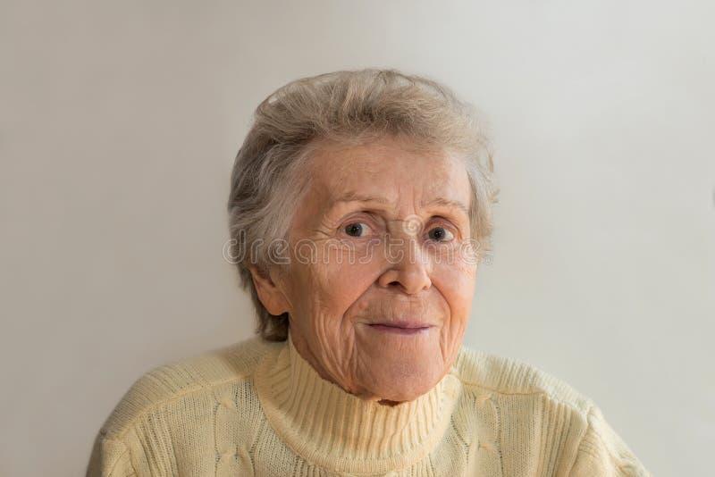 le kvinna för gammalare stående royaltyfria foton