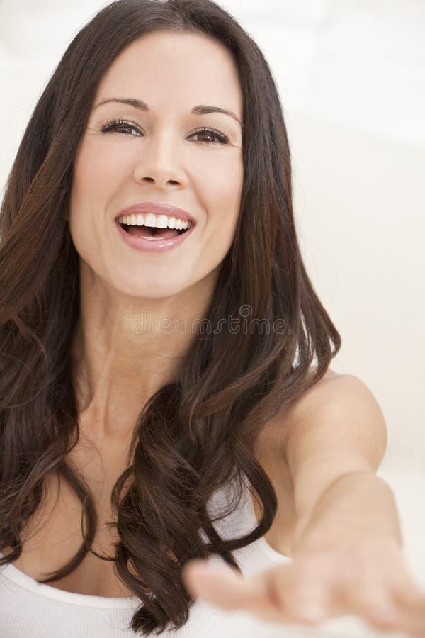 le kvinna för härlig lycklig stående royaltyfria bilder