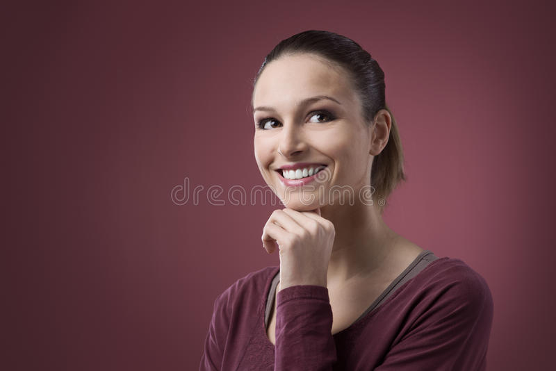 Le kvinna med handen på hakan fotografering för bildbyråer