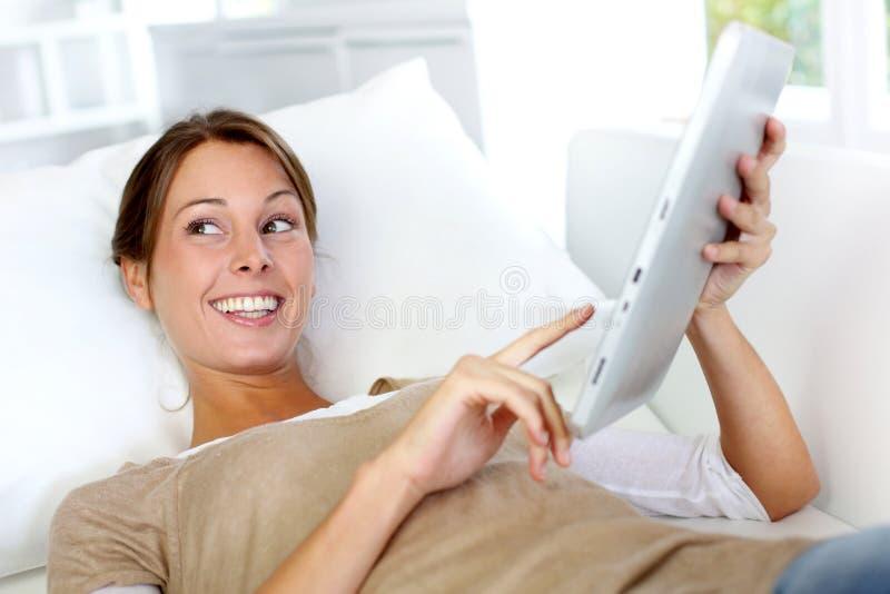 Le kvinna med tableten royaltyfri fotografi