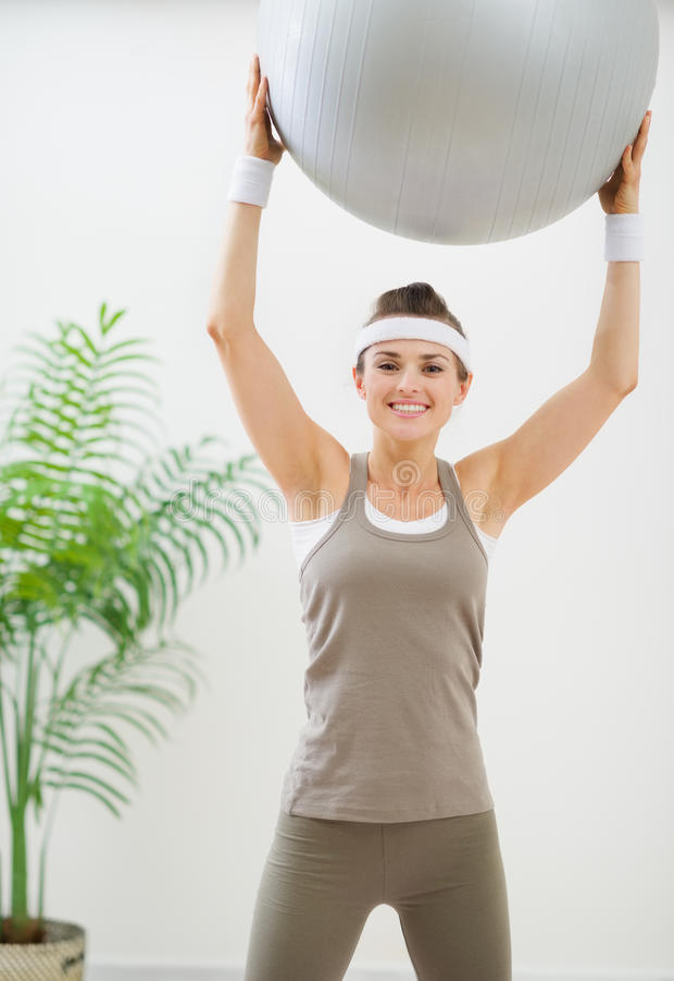 Le kvinna som gör övning med konditionbollen fotografering för bildbyråer