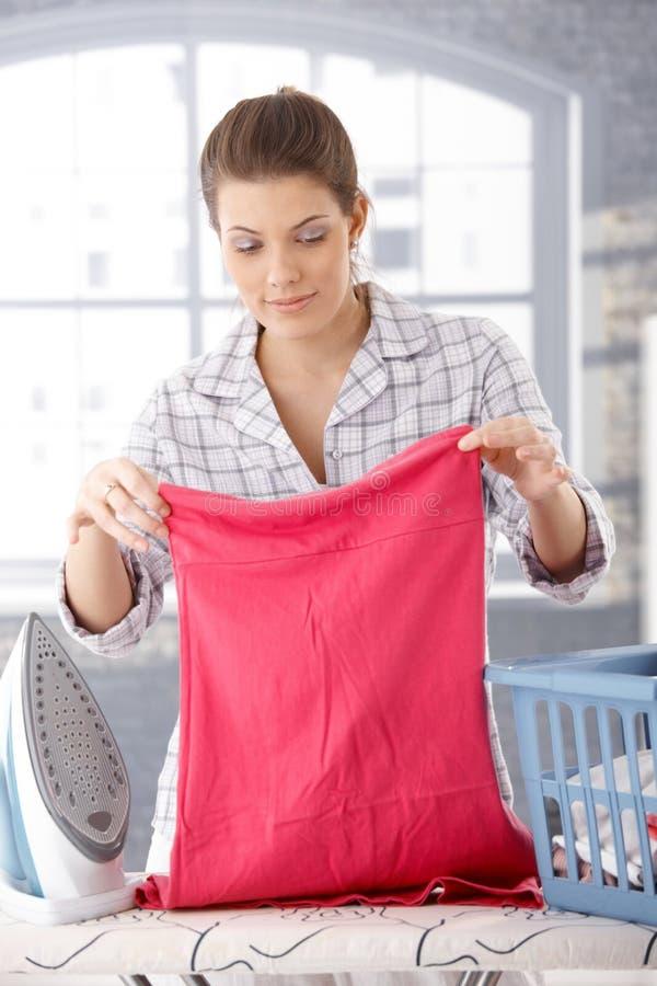 Le kvinna som gör hushållsarbete royaltyfri fotografi