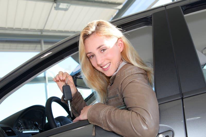 Le kvinna som köper den nya bilen arkivbilder